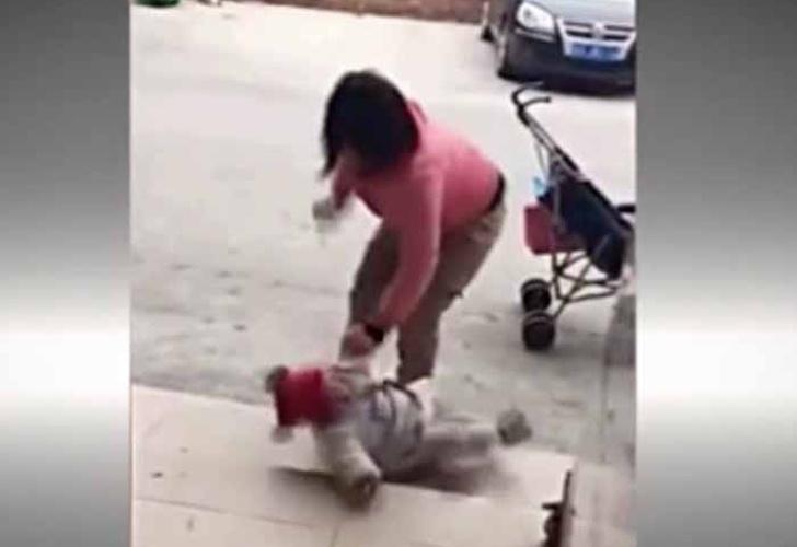 Patea cruelmente a su hija para que deje de llorar
