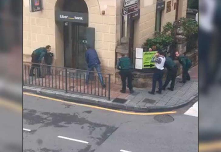 Tiroteo en un banco de Asturias — Primeras imágenes