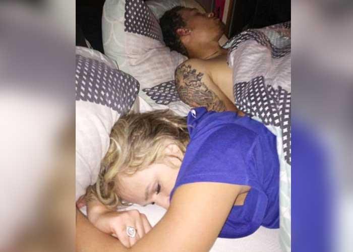 Encuentra a su novia con otro y toma 'selfie del recuerdo'