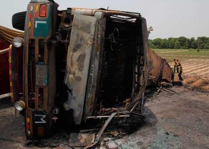Resultado de imagen para Mueren 4 personas en explosión camión cargado de combustible en haiti
