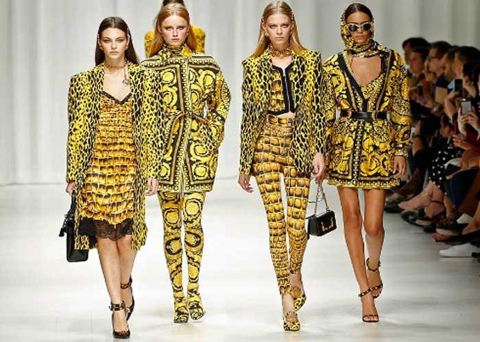 Las \'tops\' de los 90 vuelven a la pasarela para Versace