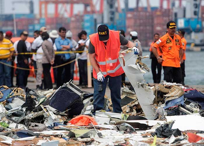 Resultado de imagen para Indonesia confirmó la recuperación de una caja negra del avión accidentado