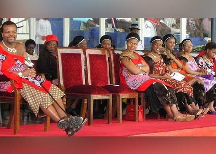 Rey de Suazilandia llegó de vacaciones a Los Cabos de Baja California con sus 14 esposas.