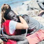 espana, ceuta, migrante, abrazo, voluntaria, cruz roja,