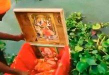India, río Ganges, bebé, caja,