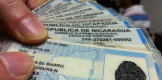 Mano con cédulas de identidad de Nicaragua