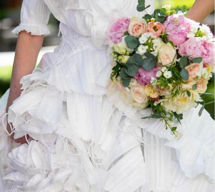 Así es el vestido de novia con más de mil mascarillas recicladas (FOTO)