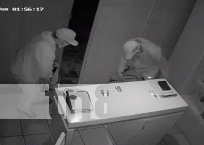 Momentos del robo en una tienda de celulares en Chontales