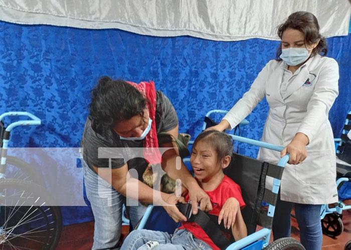Entregan silla de rueda a niña con discapacidad en Boaco