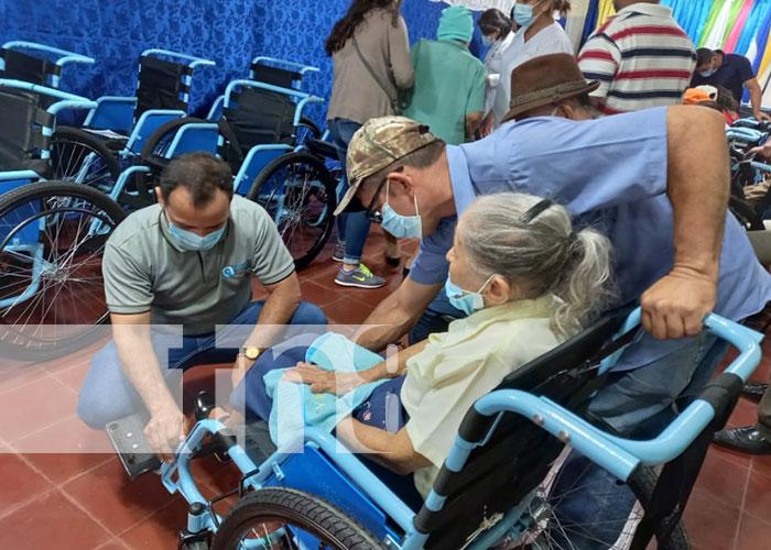 Entregan sillas de ruedas a personas que lo necesitan en Boaco