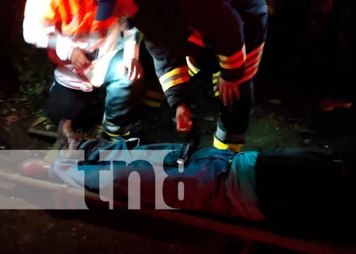 Momento cuando los paramédicos atendían al señor motorizado en Carazo / FOTO / TN8