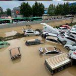 Inundaciones arrastran a personas y 'se tragan' coches en China
