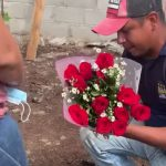 Foto: 'En plena obra' albañil le pide matrimonio a su novia / MegaNews