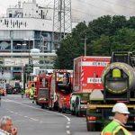 Bomberos atendiendo la explosión en una planta de tratamiento de residuos en alemania