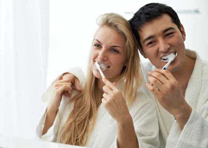 Pareja cepillándose los dientes