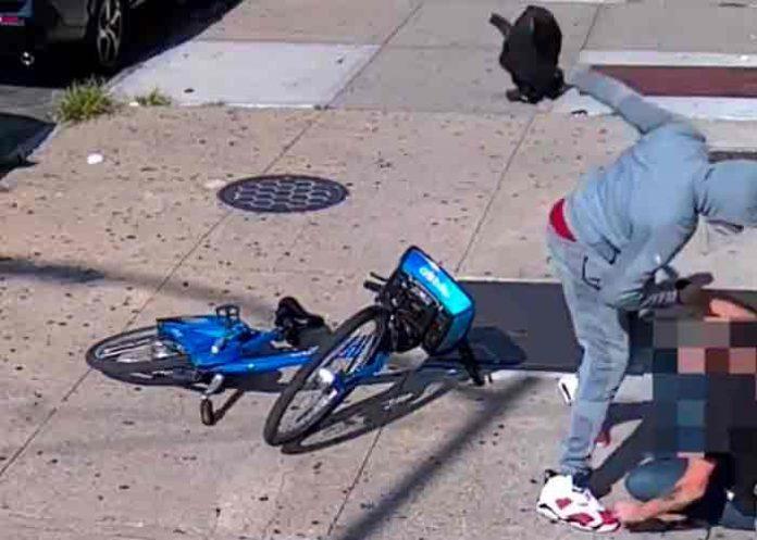 Anciano es brutalmente golpeado a plena luz del día en Nueva York
