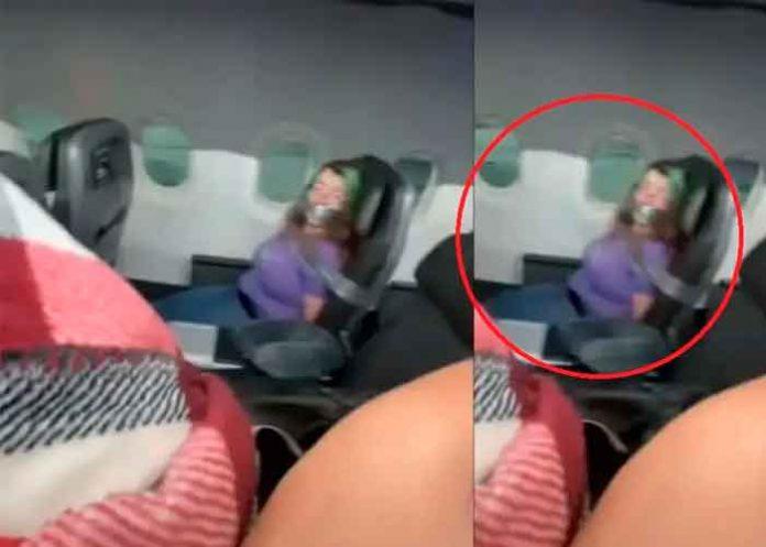 Amarran con cinta a pasajera que intentó abrir la puerta de un avión