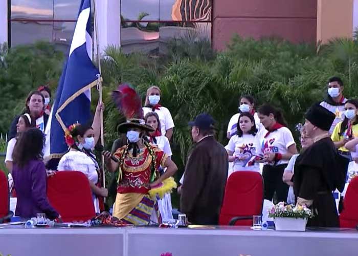 Foto: Entrega de la bandera de Nicaragua a las manos del Presidente Daniel Ortega