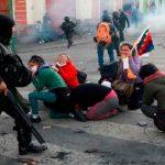 Policía de Bolivia reprimiendo a manifestantes