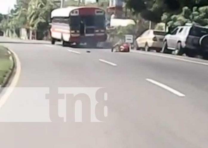 Accidente donde una mujer cayó de un bus en marcha en León