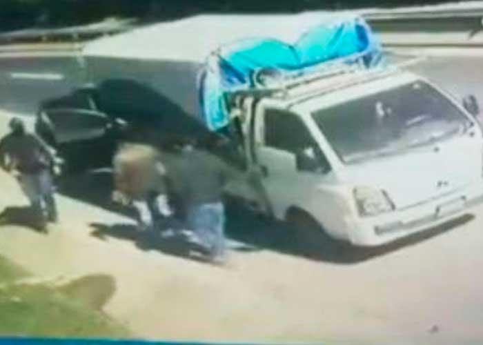 Delincuentes roban vehículo y secuestran al conductor (VIDEO)