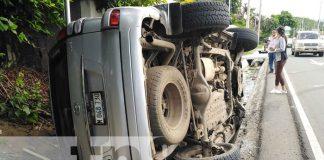 Foto: Camioneta termina en una canaleta por colisión en Managua / TN8
