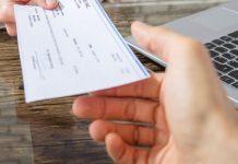 Foto: Hombre devuelve cheques y le regalan una pala en Argentina / Milenio