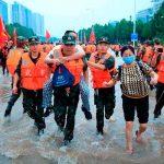 Personal de rescate haciendo labores de evacuación