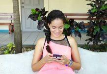 Joven de Nicaragua utilizando redes sociales