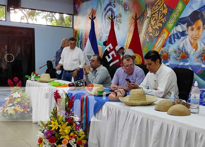 Autoridades del MINED anunciando congreso de arte y cultura