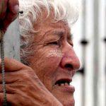 Echado a la calle: Edwin el abuelito perdió su casa y vive en un contenedor por culpa de su sobrina
