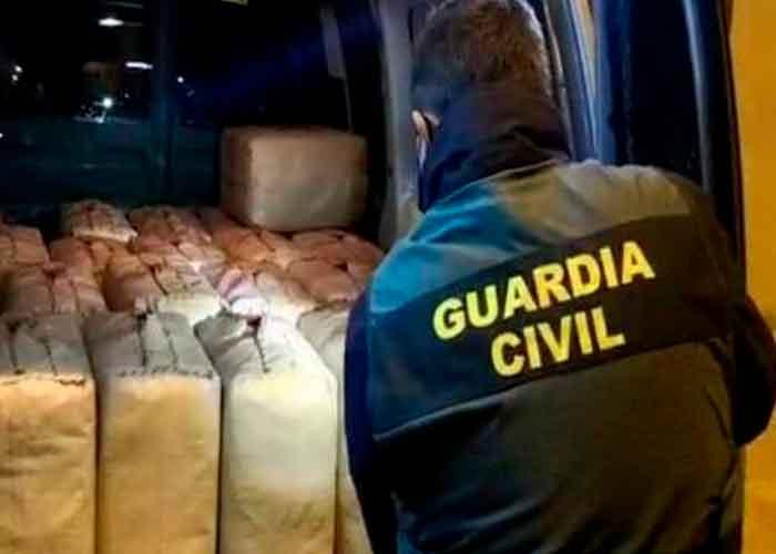 Policía de Málaga con droga incautada