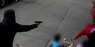 Hombre enmascarado dispara a un hombre con niños
