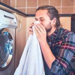 Hombre oliendo ropa