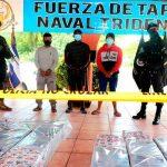 Policía salvadoreña presenta a delincuentes con drogas incautada