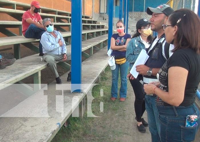Autoridades visitando el estadio de fútbol de la ciudad de Ocotal