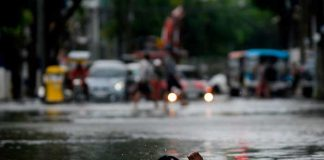 Miles de personas abandonan sus hogares por las inundaciones en Filipinas