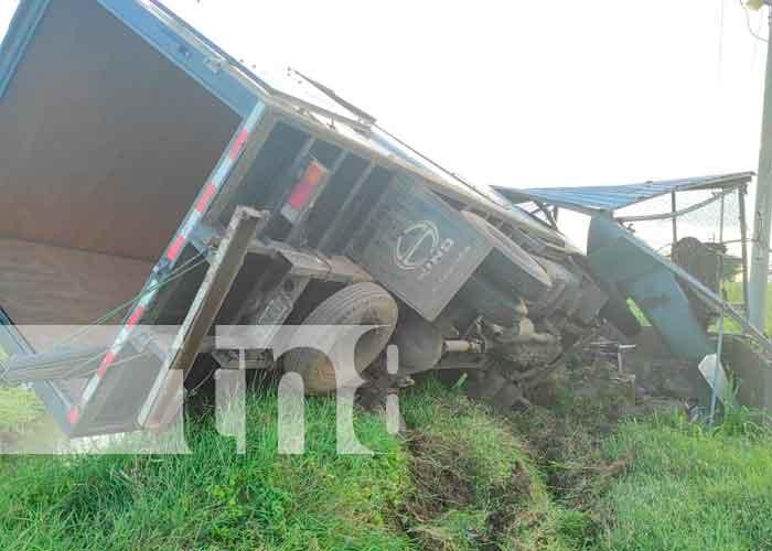 Foto: Vivos de milagro pasajeros de camión tras volcarse en Malacatoya/TN8