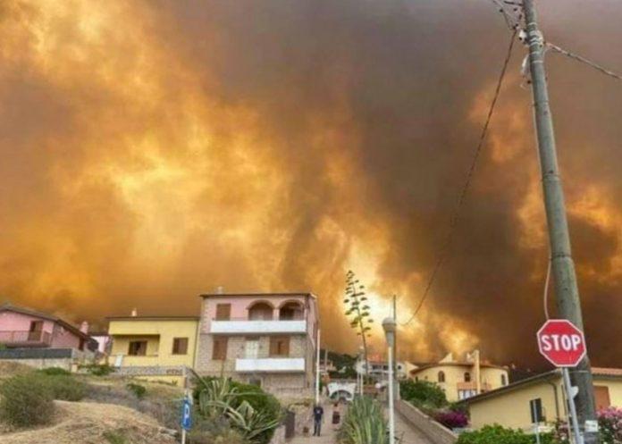Foto: Evacúan a más de 1500 personas por incendio en Cerdeña, Italia / AA