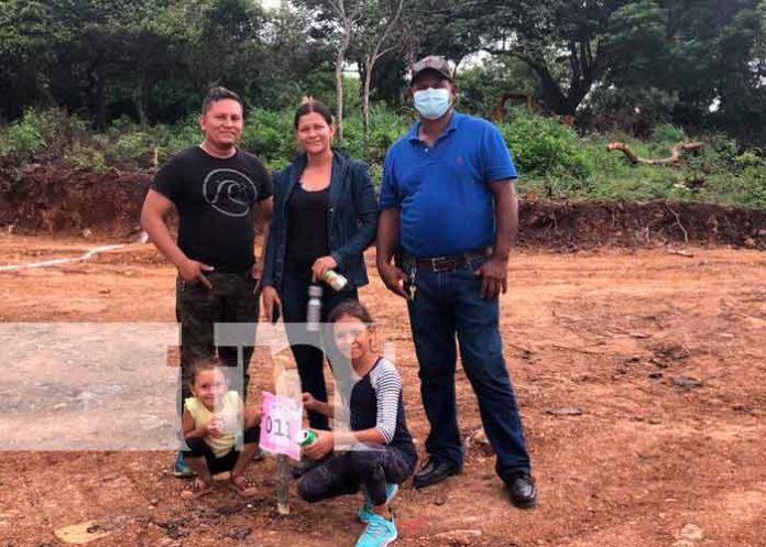 Foto: Gobierno entrega 50 lotes de terreno a familias de Juigalpa/TN8