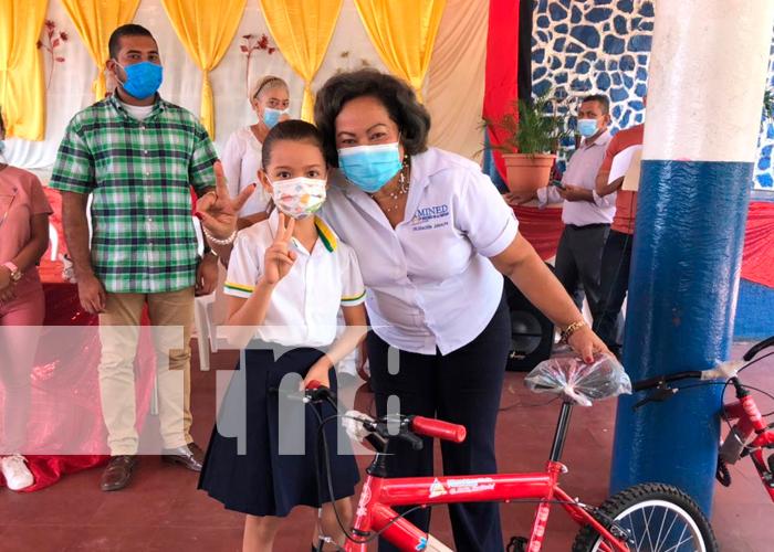 MINED entrega bicicletas a estudiantes del área rural de Juigalpa