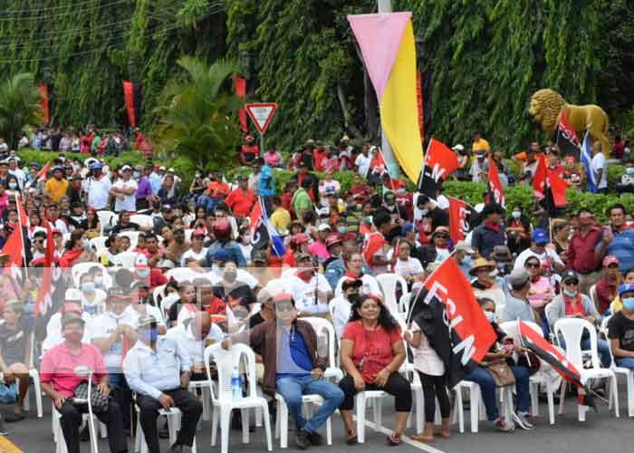 Personas concentradas en León para celebrar el 42/19 de la Revolución