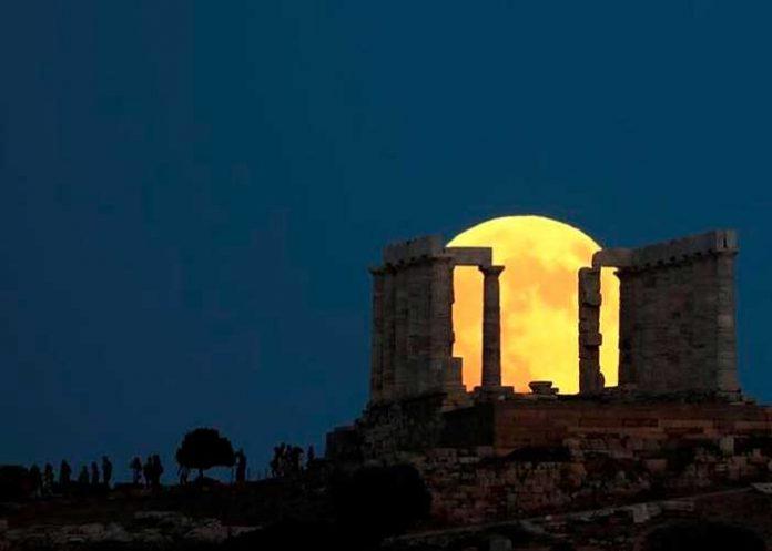 """VIDEO: La gran """"luna del ciervo"""" ilumina el templo de Poseidón"""