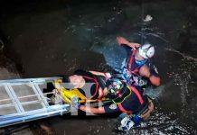 Momento cuando el joven estaba siendo rescatado del cauce en Managua / FOTO / TN8