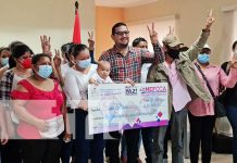 Acto de desembolso de préstamos solidarios a emprendedores de Managua para que mejoren su economía