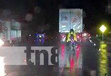 Motociclista ebrio en medio de la noche y lluvia en Nicaragua