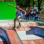 Joven de Nicaragua practicando skate en un parque capitalino