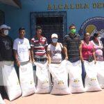 Productores de Ometepe que reciben bonos de arroz