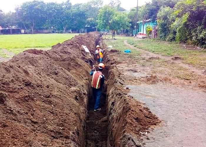 Hombres trabajando en la instalación de tuberías