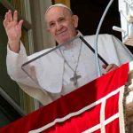 Francisco vuelve a su ventana del Vaticano tras operación